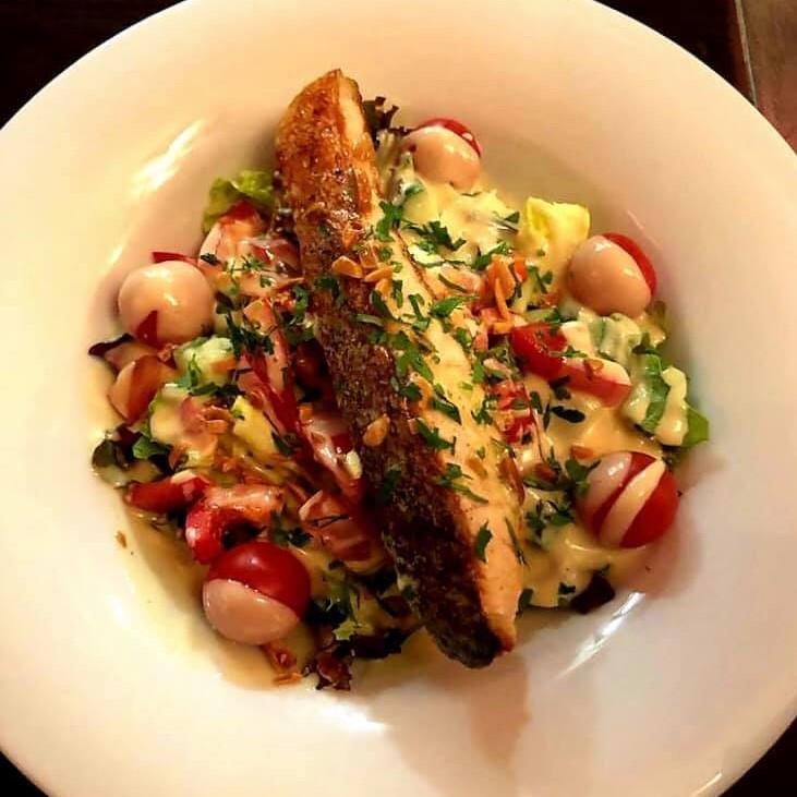 Little Salmon: Lachsfilet auf gemischtem Salat mit einem Honig Senf Dressing