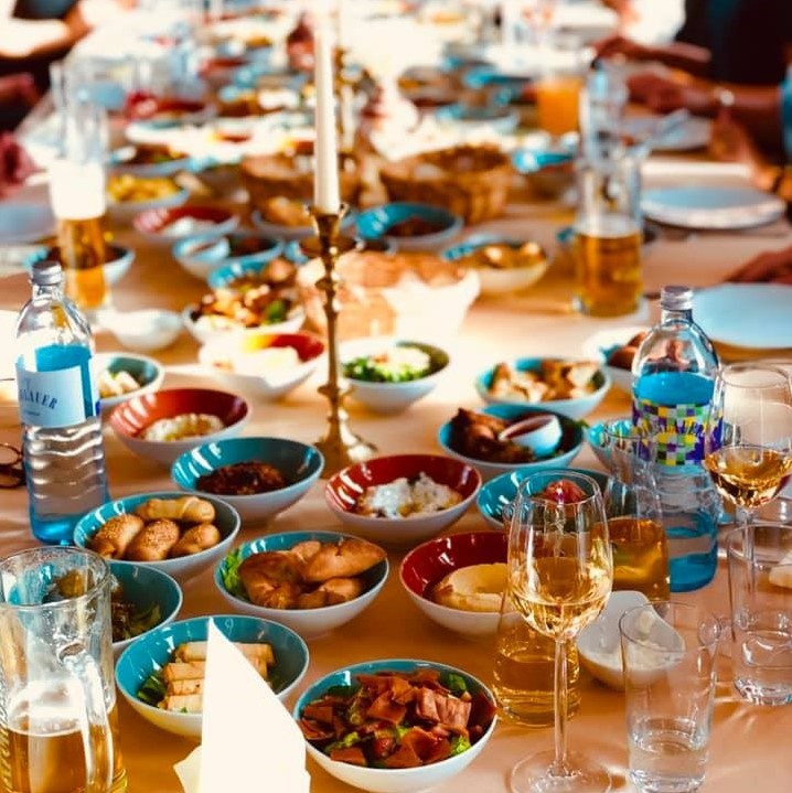 Die Vorspeisen der Mäsa auf dem Tisch verteilt. Dazu passt ein leckerer libanesischer Wein wie der Clos Blanc